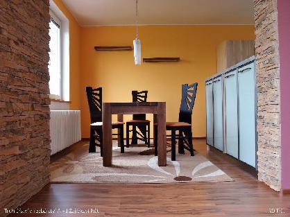 Masiví kuchyňký stůl z ořechu
