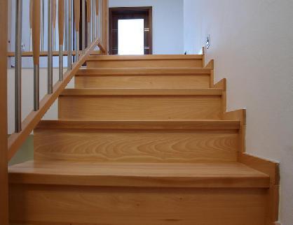 Masivní bukové schodiště kombinované s nerezi