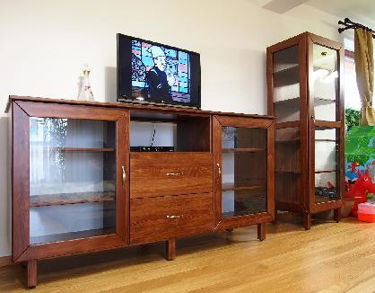 Prosklené skříně, stoly, židle, komody